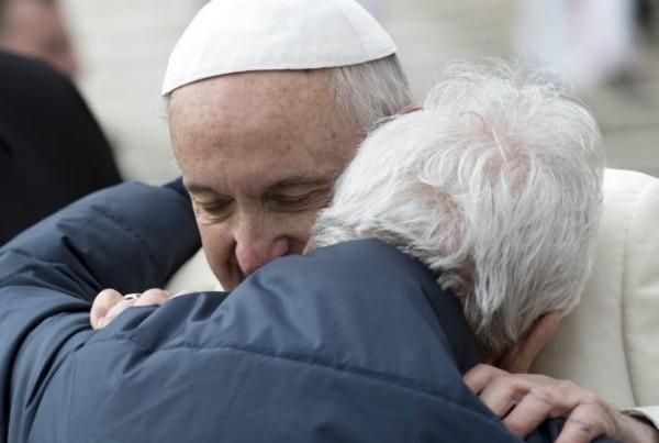 Papa Francisco e um idoso - Foto: Vatican Media